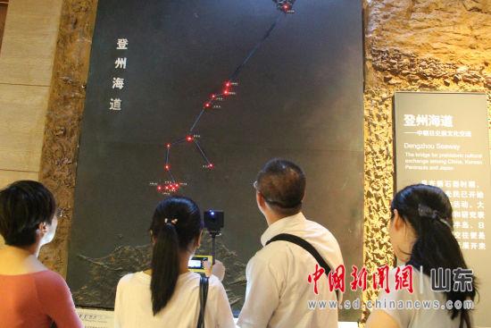 图为媒体记者参观蓬莱阁古船博物馆。赵晓 摄