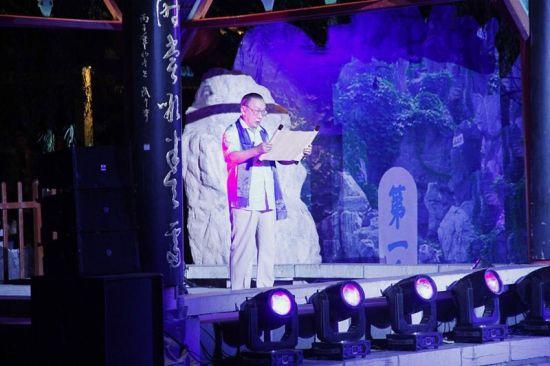 图为著名表演艺术家薛中锐登台为观众朗诵《泉水赋》。张兆喜 摄