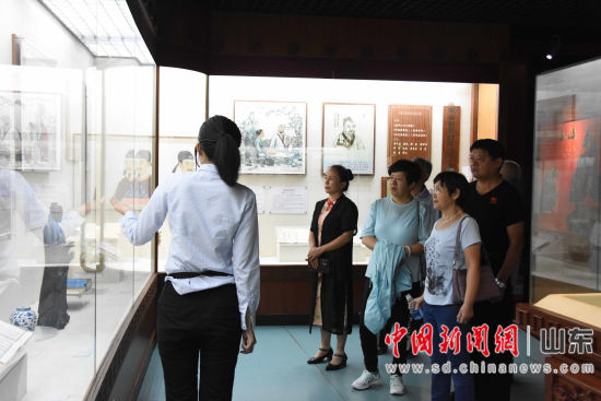 嘉宾参观中国阿胶博物馆。梁�� 摄
