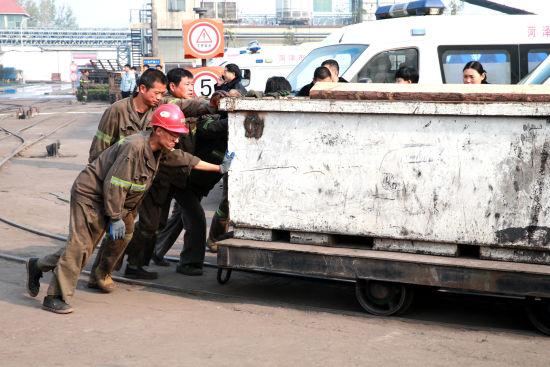 救援人员正在准备将木桩等救援物资运送至井下。梁�� 摄