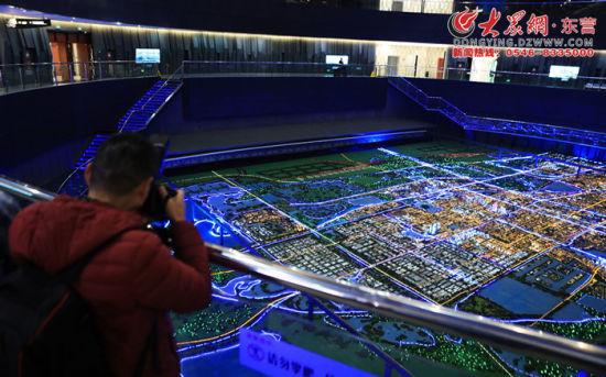 采风团走进城市规划展览馆