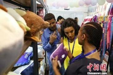 资料图:9月15日,第九届中国(临沂)国际商贸物流博览会开幕,来自俄罗斯等10余个国家的采购商前来参展。图为采购商挑选商品。 沙见龙 摄