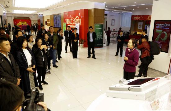 20余家媒体走进工行济南分行进行体验采访。沙见龙 摄