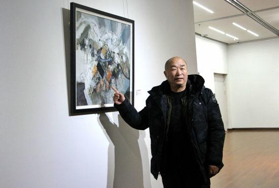 来自山东聊城的画家李志勇在现场展出11幅个人画作。赵晓 摄
