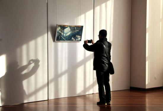 图为观众参观展览。赵晓 摄