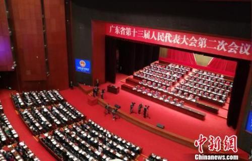 广东省十三届人大二次会议28日上午在广州开幕。程景伟 摄
