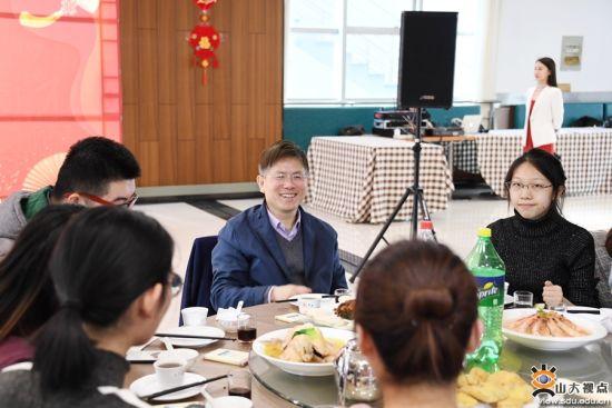 山东大学留校师生欢聚一堂喜迎新春佳节。