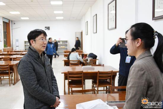 韩圣浩带队看望慰问坚守在工作一线的教职医务员工。
