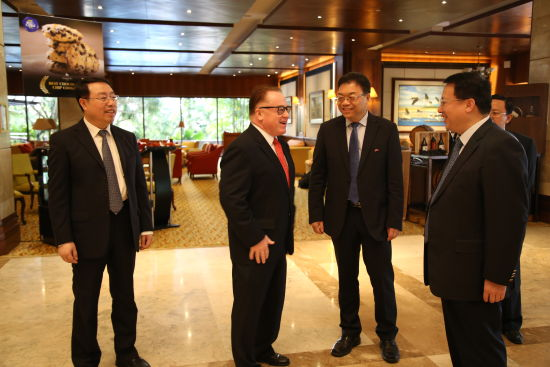 龔正省長與前維薩亞地區總統助理菲力·關松親切交談