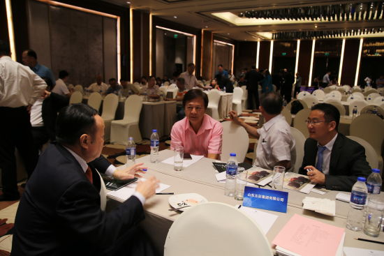 中外双方企业洽谈交流