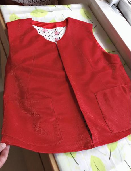 图为鞠萍82岁母亲亲手改的红马甲。