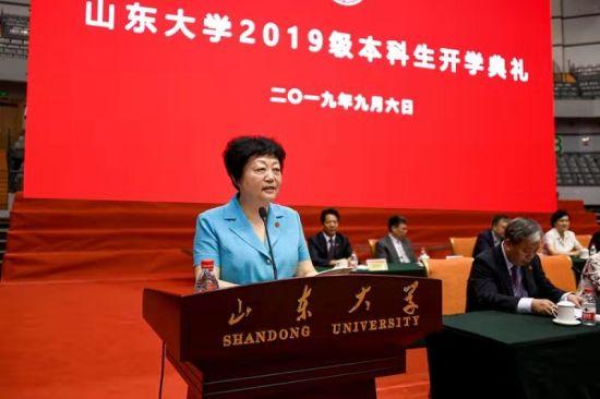 """任你博在线娱乐:大学校长樊丽明在讲话中给近6000名新生上了""""开学第一课""""。"""