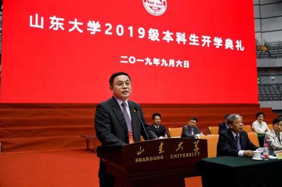 中国科学院院士、山东大学力学专业1977级校友胡海岩在开学典礼上作为校友代表发言。