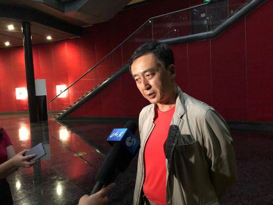 本剧总导演黄定山接受记者采访。