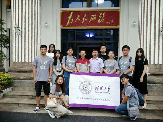 孙海淦(左一)参加院校的各项公益活动