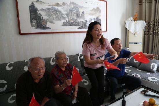 图为:孙海淦家人在家收看大会直播-苏峰摄
