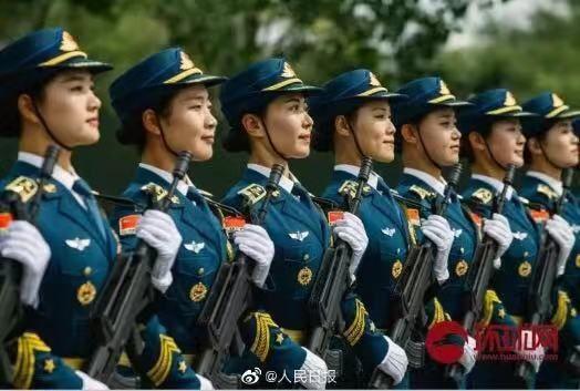 人民日报报道三军仪仗队训练时采用图片,左三为赵靖涵