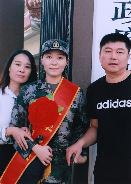 赵靖涵当年参军入伍时与父母合影