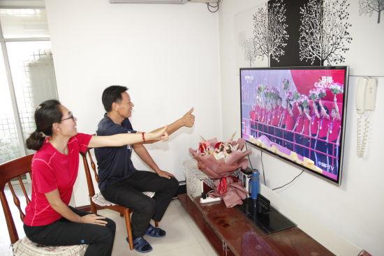 杨涵玉父母观看国庆庆典 刘军章摄影