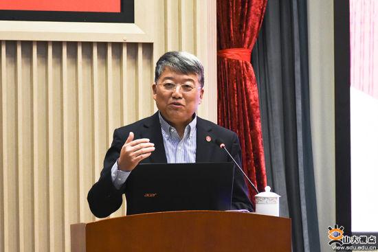 山东大学党委书记郭新立主持报告会。