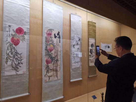 """""""北京市文物公司藏齐白石百幅书画作品展""""在潍坊市博物馆展出100幅齐白石书画原作。"""
