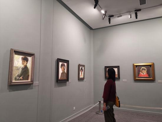 """民众参观""""时代的印记――靳尚谊油画与素描作品展""""。赵晓 摄"""