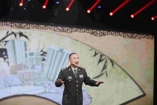 中国曲协评书委员会主任、著名评书表演艺术家杨鲁平表演评书《中国枪王》(摄影 朱自立)