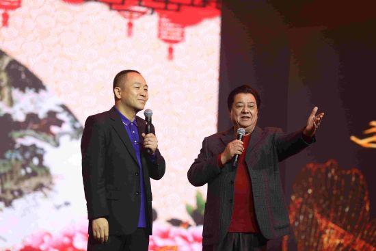 著名相声表演艺术家李金斗、青年相声表演艺术家付强表演相声《欢声笑语》(摄影 朱自立)