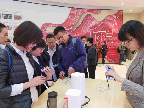 在现场的终端体验区展示了多款实力硬核5G品牌手机。赵晓 摄