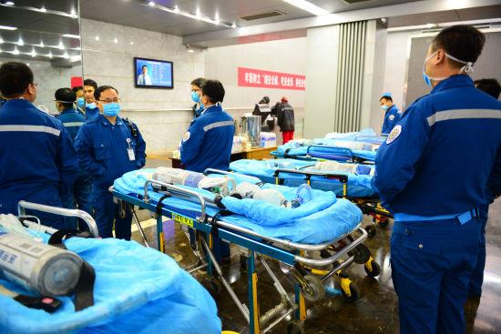 """山东能源梁宝寺煤矿""""11・19""""火灾事故救援人员已接近着火点,运送冰块8吨物理降温。梁�� 摄"""