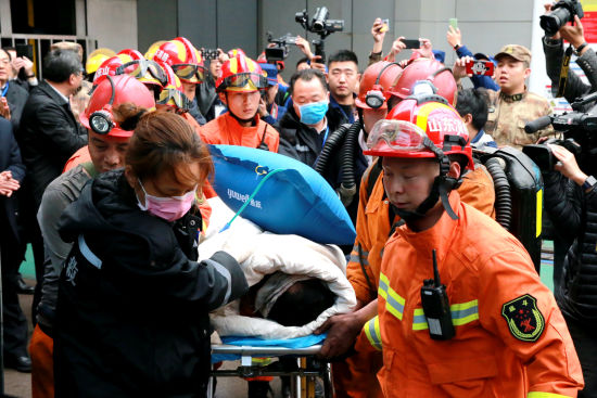 """山东梁宝寺""""11・19""""火灾事故11名被困人员全部获救。梁�� 摄"""
