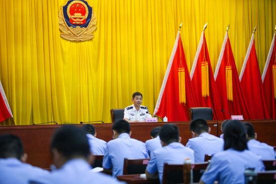 党委书记、总站长徐晓伟同志在主题教育培训班上授课。