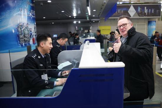 热情服务中外旅客,树立中国边检良好形象。钱程 摄