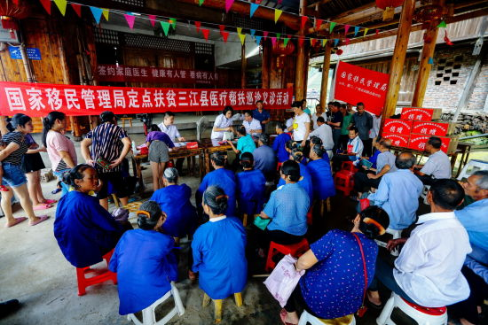 组成医疗义诊扶贫队赴广西三江县开展工作。