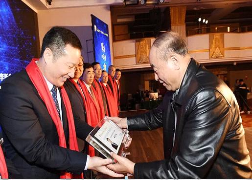 中国石油和化学工业联合会会长李寿生(右一)为行业影响力人物获奖者郑月明(左一)颁奖