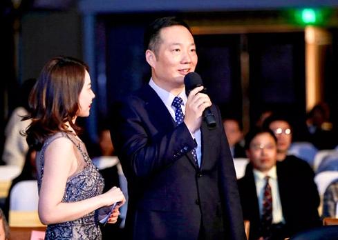 发布会现场,行业影响力人物获奖者郑月明接受记者采访