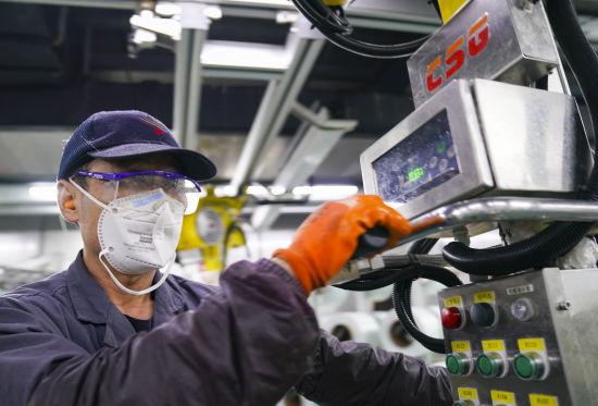 山能临矿玻纤集团8万吨数字化生产线从产品生产、运输到产品包装、入库实现了自动化生产,在降低工人劳动强度的同时,减少用工60%,生产效率提高3倍。