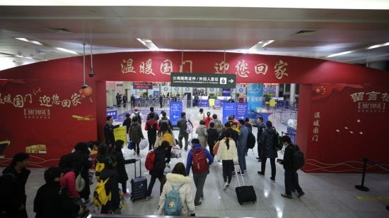 济南国际机场出入境大厅装扮一新(沈泰 摄)