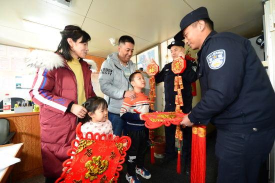 石岛边检站民警为船员及家属送上新春祝福(阮勋 摄)