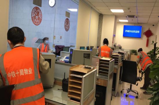 对车站售票处办公区进行集中清理消毒