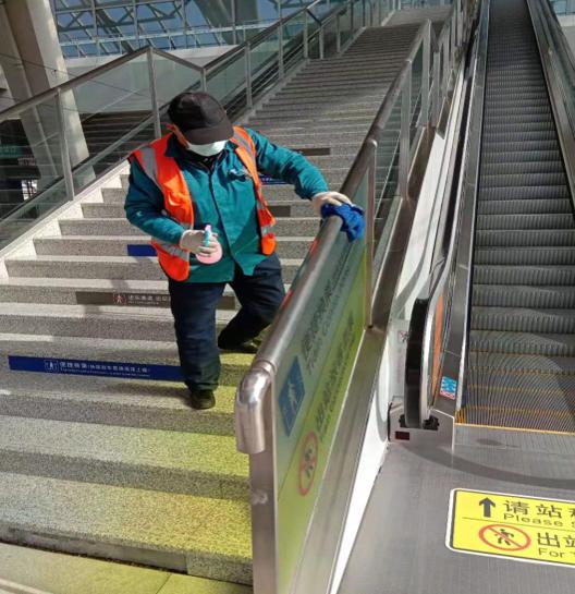 对站台人行扶梯及电梯进行清理消毒。