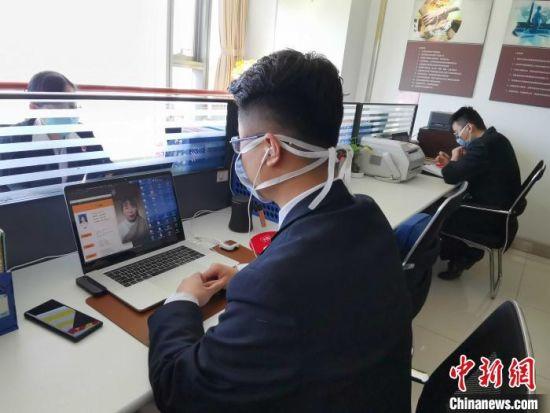 图为招聘单位的人力资源在线视频,与求职者交流。 赵晓 摄