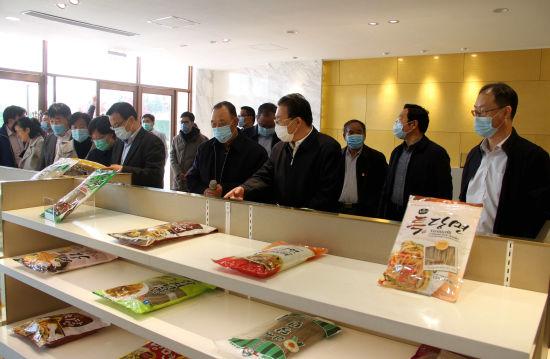 图为泗水利丰食品公司(国家甘薯高科技产业园)的产品展厅。