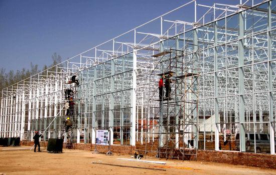 图为海蓝农业科技公司正在建设中的连栋温室。