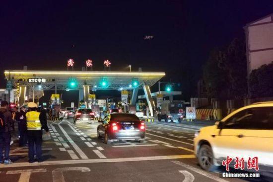 资料图:车辆有序通过武鄂高速龚家岭收费站。 胡传林 摄