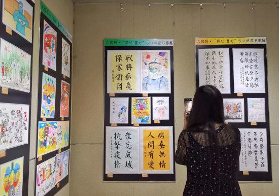 图为市民走进山东省文化馆,参观展览。赵晓 摄