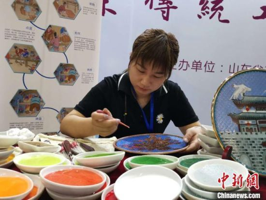 图为山东工艺美术从业者在制作景泰蓝。 郝学娟 摄