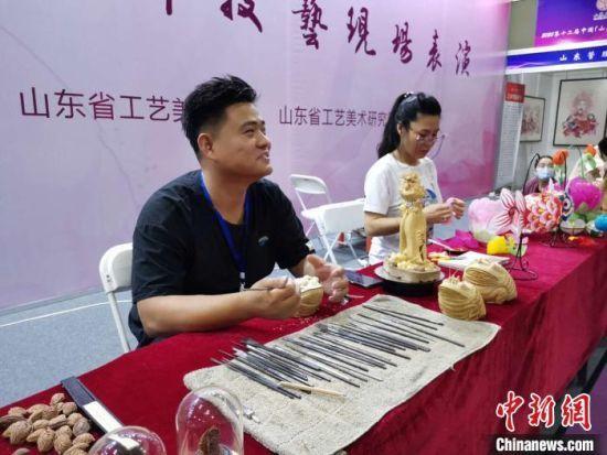 """据了解,本届博览会以""""弘扬齐鲁传统文化,打造鲁派技艺风格""""为宗旨,共设800个标准展位,总面积近15000平方米。 郝学娟 摄"""