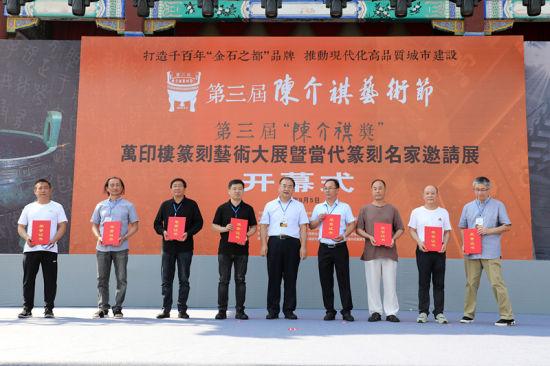 为获奖者代表颁发获奖证书。