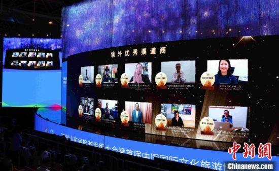 刘家义在开幕式上通过远程连线方式为10家境外优秀渠道商代表授牌。 沙见龙 摄